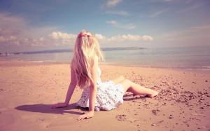 hd-strand-achtergrond-met-een-meisje-op-het-strand-hd-zomer-wallpaper-foto